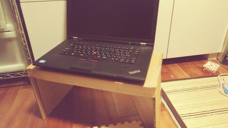 段ボール製の棚にパソコンを載せた画像