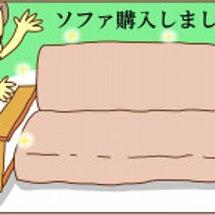 男子とソファ。