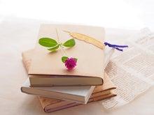 積み重ねた本と千日紅(花水季さん)