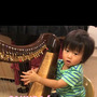 2歳のハープ奏者
