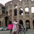 コロッセオの前で自転…