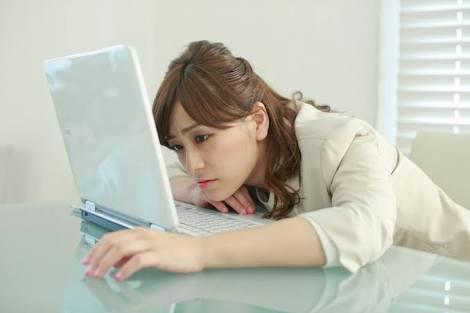 パソコン前で疲れた女性