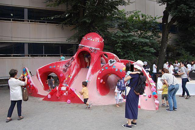 6式典が終わりタコのすべり台で遊ぶ子供たち