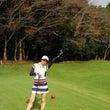 雨の中のゴルフラウン…