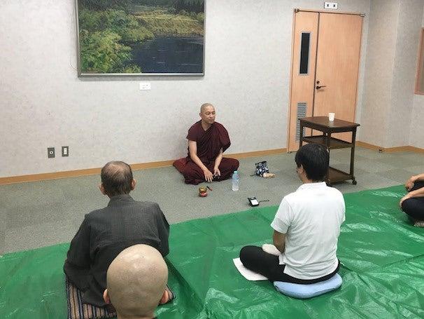ヤサ長老によるヴィパッサナー瞑想指導の様子