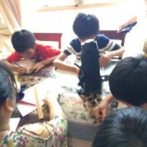 男子裁縫を習う