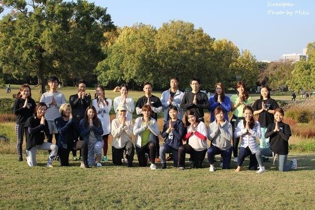 ヨガ 万博公園 秋 紅葉 イベント 集合写真