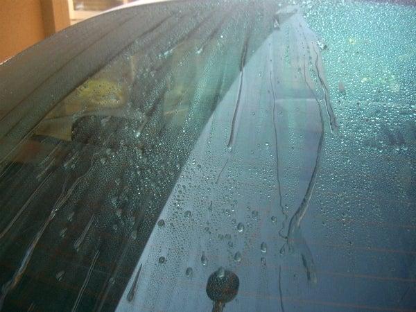 霧雨でもクリアな視界を実現するガラス撥水コート