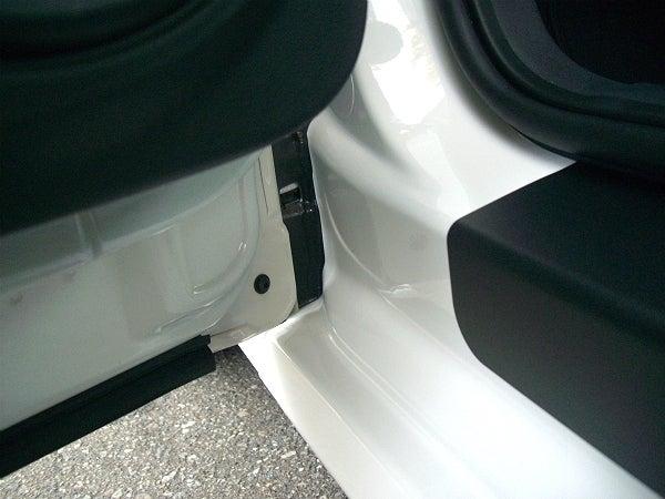 車のドア内側の水垢・油脂汚れが洗車で落ちた状態