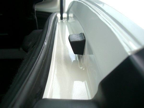 油脂汚れをシャンプーで落としたトランクのドア内側