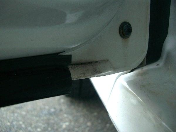 洗車前の車のドア内側に溜まった油や水垢の汚れ