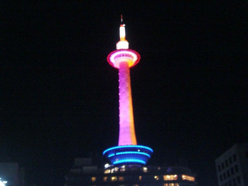 ピンクとオレンジの京都タワー