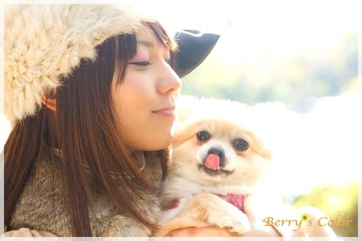 笑顔の女性と犬