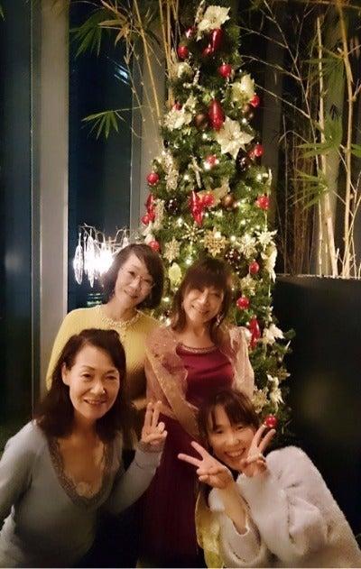 アロンジ クリスマスツリーの前