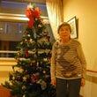 クリスマスツリーの前…