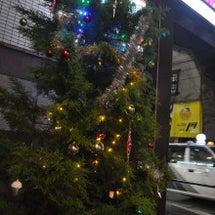 店のビル前もクリスマ…