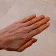 手がオレンジ色