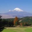 紅葉と雪を被った富士…