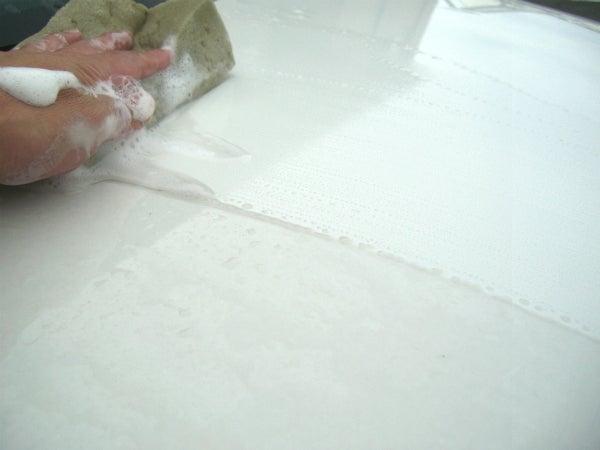 シャンプー洗車でボディの水垢・タール汚れを落とす