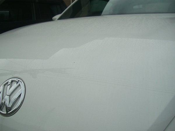 水垢汚れが溜まった洗車前のビートルのボンネット