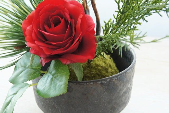 造花の赤いバラ