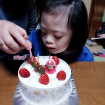 ケーキは食べずに苺だ…