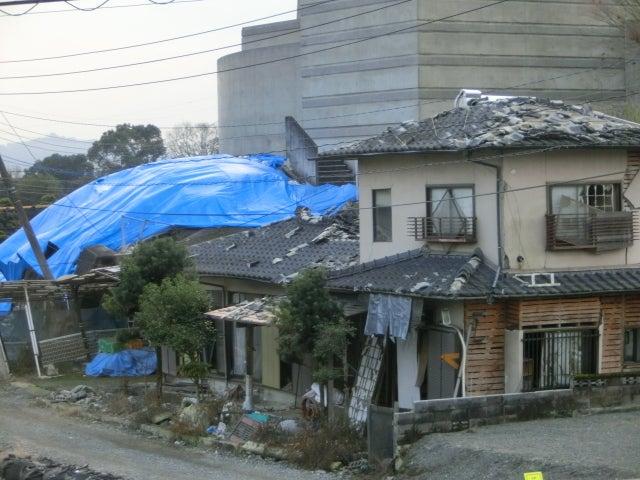 屋根にブルーシート