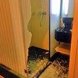 シャワールーム扉が粉…