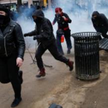 トランプデモの黒装束…