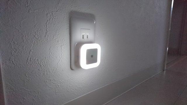 暗がりの廊下を明暗センサーLEDで自動で明かりを灯してみたら意外と綺麗だった件