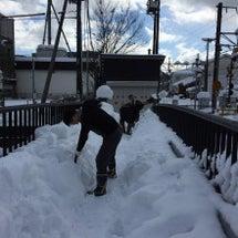 太鼓橋の雪かきをお手…