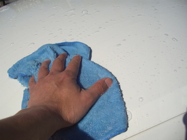 洗車に最適な泡立ちの良いシャンプーでボディを洗う