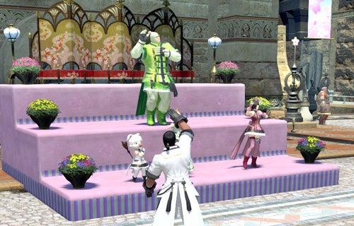お立ち台で踊る人々