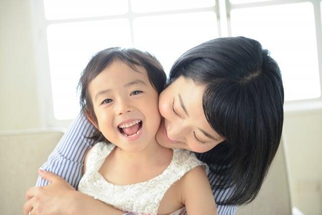 笑顔の子どもとママ