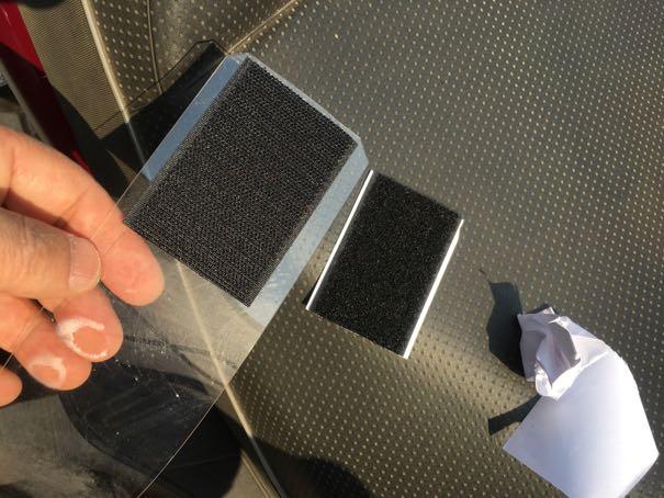 プラ板とカバー内にマジックテープを貼る