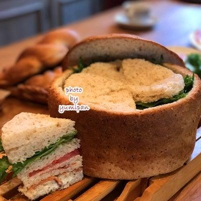 パンをくり抜いてサンドイッチ