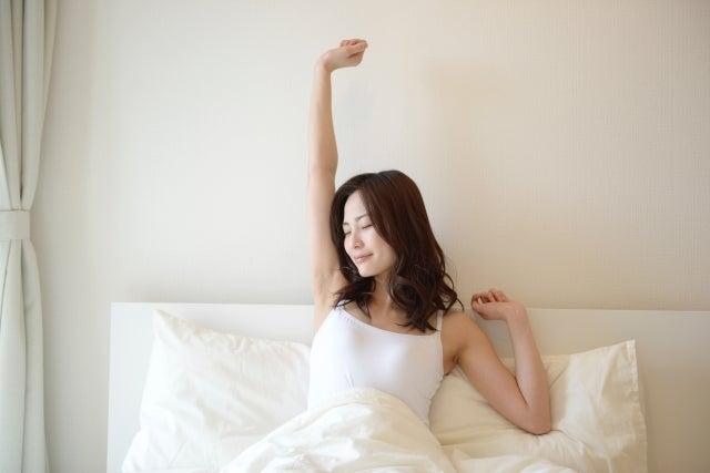 目覚め女性