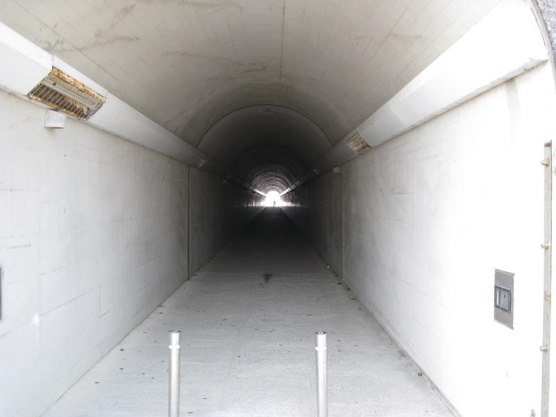 海へと続くトンネル