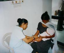 ネパール女性医師の診察