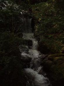 境内の裏の滝川