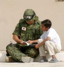 イラクの子供と自衛隊員