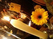 白いキャンドルと黄色いガーベラ。
