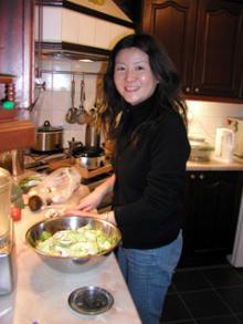 サラダを作ってます♪