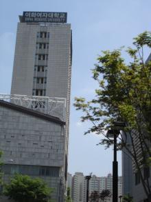 新村駅裏から見た梨花女子大学校