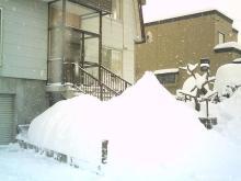 家の前の雪山