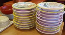 ビンボー暇なし節約したいなー-回転寿司の食べ終わったお皿の山
