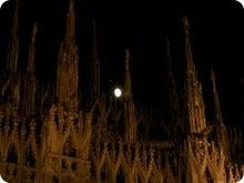 ミラノ大聖堂と月