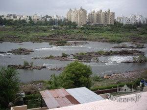 雨季川幅増