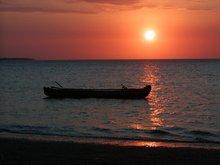夕焼けと漁船