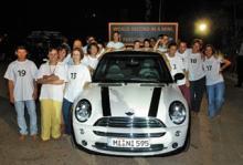 BMW MINI に21人乗り込む記録